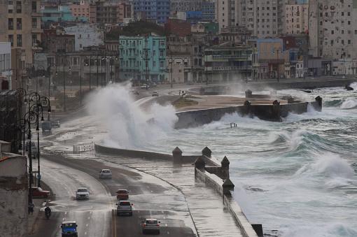 Tufão atinge o Japão e causa fechamento de aeroporto