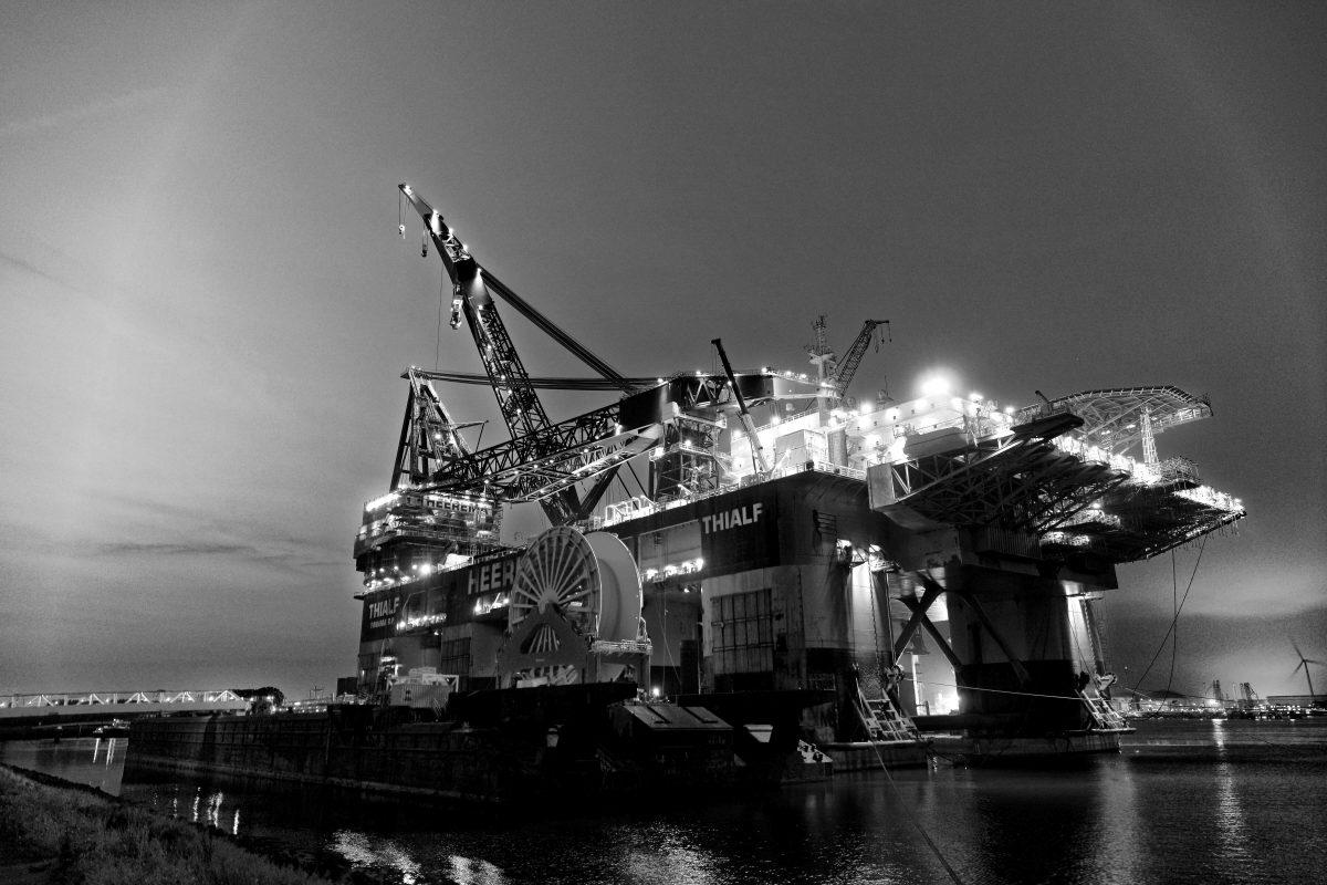 Imagem de Plataforma de Petróleo em alto mar, para ilustrar artigo sobre gestão de viagens em empresas offshore.